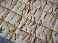 Kanelbullar i långpanna med krämig kanelfyllning - Victorias provkök Something Sweet, Bread Baking, Cinnamon Rolls, Scones, Chocolate Chip Cookies, Baking Recipes, Food And Drink, Cooking, Desserts