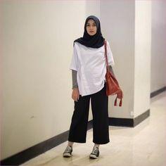 Trendy Ideas For Fashion Hijab Remaja Kulot Hijab Casual, Modest Fashion Hijab, Modern Hijab Fashion, Street Hijab Fashion, Hijab Chic, Cullotes Outfit Casual, Hijab Mode Inspiration, Mode Outfits, Fashion Outfits