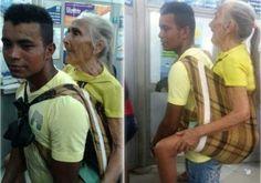 Gentileza: jovem carrega idosa nas costas para sacar benefício
