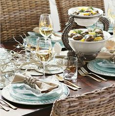 Coastal & Nautical Theme Table Settings: http://www.completely-coastal.com/2016/05/5-coastal-nautical-theme-table-settings.html From coral theme to coastal chic with shiny metal! Table top ideas for coastal and beach style dining.