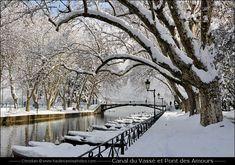 Le Canal du Vassé et le Pont des Amours sous la neige à Annecy en décembre 2010