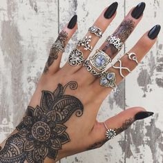 I need some henna and these rings in mah lifeeee Nail Jewelry, Cute Jewelry, Jewellery, Cute Nails, Pretty Nails, Henne Tattoo, Et Tattoo, Finger, Nail Ring