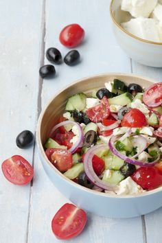 Schneller griechischer Salat mit Oliven und Feta – Bauernsalat Recipe for a quick Greek farmer's salad with tomatoes, cucumber, olives and feta – low carb, healthy and a great grill salad – a foodie friend salad healthy salads Salad Recipes Video, Healthy Salad Recipes, Low Carb Recipes, Vegetarian Recipes, Cooking Recipes, Healthy Food, Quick Recipes, Healthy Cooking, Meat Recipes