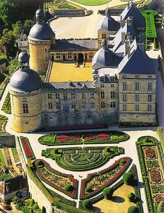 Le Château de Hautefort in France Drew Barrymore made a movie at this chateau. Beautiful Castles, Beautiful Buildings, Beautiful Places, The Places Youll Go, Places To See, Chateau Medieval, Medieval Castle, French Castles, Fairytale Castle