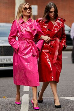 Fashion Week Spring/Summer 2019 Part 2 - The Style Stalker - Street Style by Szymon Brzóska Trench Coat Outfit, Pink Trench Coat, Leather Trench Coat, Patent Trench Coats, Top Street Style, Scandinavian Fashion, Raincoats For Women, Rain Wear, Fashion Drawings