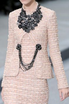 Chanel at Paris Fashion Week Spring 2009 - Details Runway Photos Chanel Couture, Style Haute Couture, Couture Fashion, Runway Fashion, High Fashion, Womens Fashion, Fashion Trends, Paris Fashion, Mode Chanel