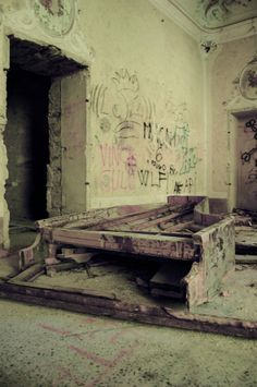 Villa de Vecchi in Cortenova, Italy.  What in the world is that contraption?  Remains of a piano maybe?