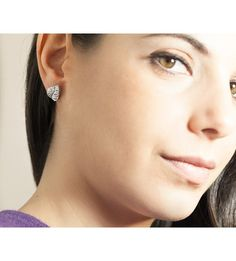 Los pendientes ALBERO son un original y exclusivo diseño de pendientes cortos elaborados oro de 18 quilates y diamantes. Está dirigido a aquellas mujeres amantes de las joyas, que busquen una pieza de calidad para lucir tanto a diario como en eventos sociales de importancia.