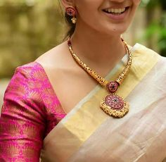 Stunning gold kanti necklace with big pendant. Kanti necklace studded with rubies. Necklace with rice pearl hangings. Indian Jewellery Design, Indian Jewelry, Jewelry Design, Handmade Jewellery, Indian Necklace, Hippie Jewelry, Antique Jewellery, Vintage Jewelry, Long Pearl Necklaces