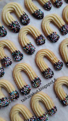 Moi! Tälläisiä onnenkenkiä halusin meidän tulevalle 40-vuotiaalle tehdä onnen tuojiksi ❤ Ohjeen löysin Makunautintoja Mimmin Keittiöstä-... Christmas Sweets, Party Snacks, Cookie Jars, No Bake Desserts, Mini Cupcakes, Cake Pops, Doughnut, Gingerbread, Biscuits