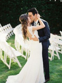 Bride and groom kissing. Bride's dress by Sareh Nouri, image by Leslie Hollingsworth. #wedding