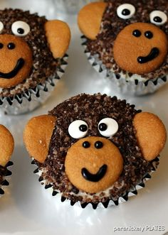 Monkey Cupcakes are such a cute dessert idea, you may not want to eat them! These delicious homemade chocolate cupcakes are made with chocolate sanding sugar and vanilla wafer ears! Perfect for a monkey themed birthday party! Cupcakes Au Cholocat, Monkey Cupcakes, Cupcake Cakes, Cupcakes Kids, Party Cupcakes, Baking Cupcakes, Jungle Cupcakes, Birthday Cupcakes, School Cupcakes