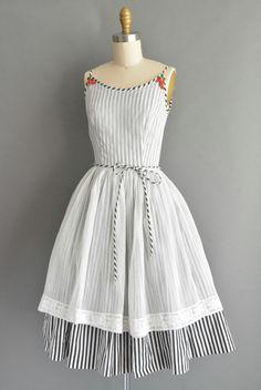 Super leuke vintage jaren 1950 katoenen jurk met een zwart / wit streep afdrukken in de gehele, aardbei details aan weerskanten van de hals, vleiend uitgerust bovenlijfje met buste darts en een nipped taille fit, gratis volledige rok, terug metalen rits sluiting.  ✂---M E EEN S U R E M E N T S--- best past: extra klein  Bust: 32 Taille: 24 heupen: open fit totale lengte: 41  materiaal: katoen voorwaarde: uitstekend _______________________________ ☆ Bezoek de winkel ☆…