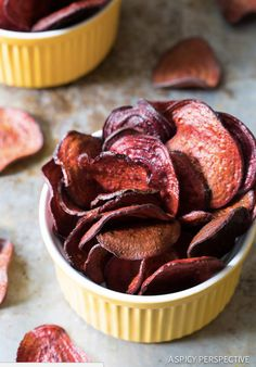 The Best Oven Baked Beet Chips Recipe on ASpicyPerspective. purple Ravens chips for game day! Healthy Chips, Healthy Snacks, Healthy Recipes, Recipes For Beets, Vegan Beet Recipes, Healthy Eating, Baked Beet Chips, Baked Vegetable Chips, Beetroot Crisps