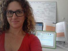 @craneosacral estudia con pizarra, ordenador, tablet y libro a la vez. ¡Toda una proeza! #selfiuned Pageants, Chalkboard, Studio, Reading, Book