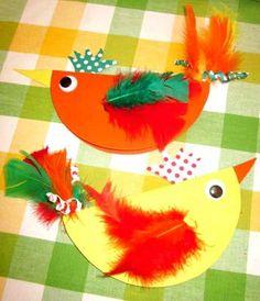Pour faire patienter les enfants avant Pâques, voilà une idée d'activité manuelle toute simple qui leur permettra de réaliser de jolies poulettes en papier.