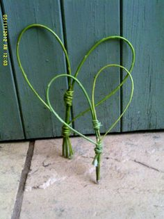 Simple enough for kids to try.Two Natural English Willow Hearts Twig Crafts, Nature Crafts, Willow Weaving, Basket Weaving, Willow Wreath, Vine Wreath, Living Willow, Cadeau Surprise, Willow Branches