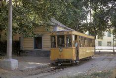 Nº 35 en línea 4, en la Estación de Gabia la Grande, Detrás el tranvía, se observa el pequeño edificio de la estación de Gabia la Grande. Fotografía de José A. Tartajo. 2-9-1971.