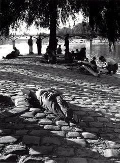 Idling on the Vert-Galant, the tip of the Île de la Cité, looking out to Pont des Arts, Paris, 1948 // Izis Bidermanas Paris Pictures, Paris Photos, Old Pictures, Old Photos, Vintage Photos, Vintage Paris, French Vintage, Pont Paris, Rue Saint Honoré