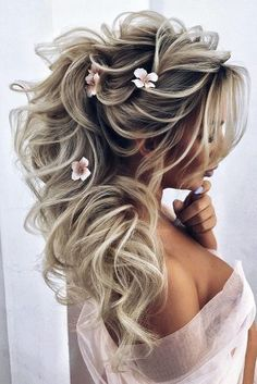 36 Chic Looks With Elegant Wedding Hairstyles Do you prefer a minimalist look? You don't have to skip looking stylish. Discover tons of elegant wedding hairstyles for the simple bride. Wedding Hairstyles For Long Hair, Elegant Hairstyles, Bride Hairstyles, Cool Hairstyles, Hairstyles Videos, Medium Hairstyles, Peinado Updo, Elegant Wedding Hair, Hair Wedding