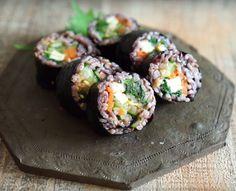 野菜をたっぷり食べられるごま油のきいた韓国海苔巻きキンパ