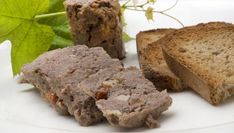 Karlos Arguiñano prepara pâté de Campagne o paté campaña, una receta clásica de la cocina francesa que se puede servir como aperitivo o entrante acompañado de tostas de pan.