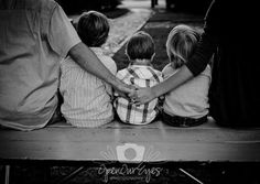 Family photo pose of their backs with mom and dad on each side holding hands with the kids in the middle. Family Picture Poses, Fall Family Photos, Family Photo Sessions, Family Posing, Family Pictures, Family Portraits, Beach Pictures, Foto Fun, Photos Originales