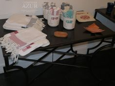 1ère salle, 1ère table : Foutas blanches rayées noir ou rouge http://www.comptoirazur.fr/linge-de-bain-fouta/327-fouta-blanche-rayee-rouge.html