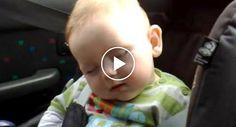 Adorável Bebé Faz De Tudo Para Não Adormecer