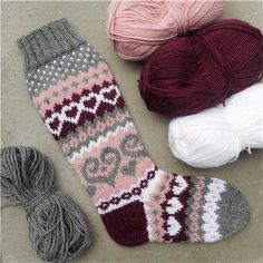 muokatut äitienpäivä Sissukat - Kikiliakii neuloo - Vuodatus.net - Crochet Socks, Knitting Socks, Knit Crochet, Yarn Crafts, Sewing Crafts, Knitting Projects, Knitting Patterns, Couture, Mittens