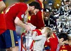Xabi Alonso montrait la coupe à sa fille, émerveillée.