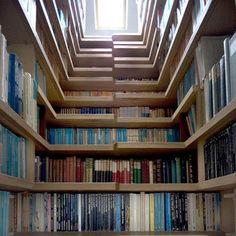 Un escalier décoré de livres