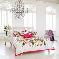 chambre ado fille blanche et romantique avec une literie blanche à fleurs multicolores