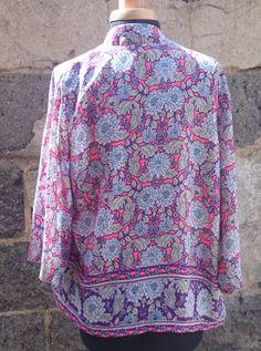 Joli kimono fleuri dans les tons de rose et violet.  Manches 3/4.  Longueur totale 56 cm. Composition : polyester.