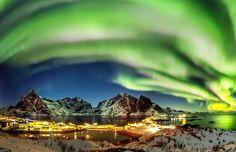 Estupenda fotografía panorámica tomada la noche del jueves, 2 de marzo de 2017, desde la villa de Hamnøy en la provincia de Nordland, Noruega. Del lado izquierdo se puede observar a la Luna con el planeta Venus. La captura fue hecha con una cámara Canon EOS 5D Mark III y... #auroras #luna #noruega