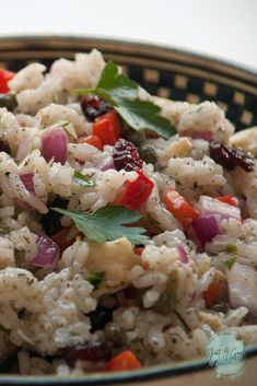 This is a cold rice salad that is easy to prepare ahead of time and is surprisingly tasty! Cold Side Dishes, Summer Side Dishes, Rice Dishes, Veggie Dishes, Cold Rice Salad, Italian Rice, Rice Salad Recipes, Ladies Lunch, Cooking White Rice