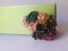 Bolso de mano decorado con flores de raso realizadas a mano .