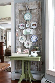 wände dekorieren vintage wanddeko teller grüner beistelltisch