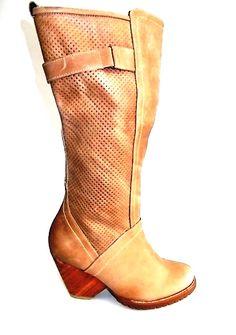 Botas color vainilla. Disponibles en www.calzared.co/ec