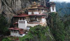 Na semana passada, falamos sobre oLiechtenstein, um pequeno principado europeu entre a Áustria e a Suiça, cercado pelos alpes. Hoje, voltamos para a Ásia e o destino escolhido é esse país não muito procurado pelos turistas brasileiros: o Butão, que fica bem lá no sul do continente. Apesar de ser