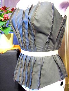для примерки сметываю все двойные детали по линии талии пришиваю корсажную лентудля фиксации талии ,и чтоб корсет не растягивался при шнуровке и носке.