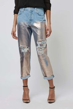 Tired of boring ripped denim? This spring, try metallic painted ripped denim paired with heels. Let Daily Dress Me help Denim Fashion, Look Fashion, Womens Fashion, Fashion Design, Fashion Trends, Fashion Edgy, Jeans Rock Revival, Jeans Petite, Jeans Miss Me