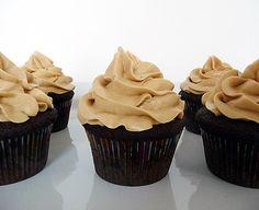 Estos cupcakes de chocolate negro son un sueño hecho realidad para cualquier persona que es amante de las tortas o pasteles con coberturas dulces.