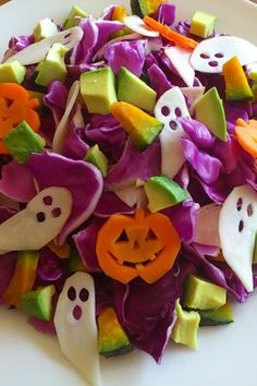★Purple Cabbage Salad for Halloween★ I love Halloween! Enjoy this yummy Halloween-themed salad with purple cabbage. Halloween Desserts, Spooky Halloween, Halloween Appetizers, Fete Halloween, Halloween Dinner, Halloween Food For Party, Holidays Halloween, Happy Halloween, Healthy Halloween Treats