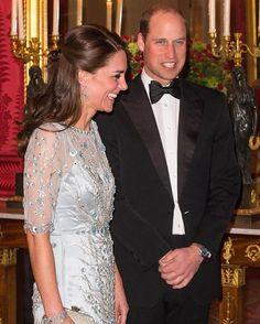 Lungo argenteo ricamato e luccicante. È l'abito firmato Jenny Packham con cui la duchessa di Cambridge ha illuminato William e gli altri ospiti alla cena ufficiale nella residenza dellambasciatore britannico a #Parigi. Con la sua radiosità è riuscita a far dimenticare a tutti anche i pettegolezzi su William?  #MCInstanews #KateMiddleton #DuchessofCambridge #PrinceWilliam #CelebrityFashion #CelebrityStyle #JennyPackham ( @gettyimages)  via MARIE CLAIRE ITALIA MAGAZINE OFFICIAL INSTAGRAM…