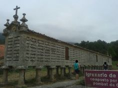 Esto es un Horreo, concretamente el de Carnota y es el más grande de Galicia. Está ubicado en Rianxo y mide 34.76 m de longitud. Se construyó entre 1768 y 1783, fecha de su última ampliación. Estas fechas aparecen encima de las puertas, grabadas en piedra. Está muy cerca de un palomar y de la Iglesia de Santa Comba.
