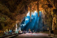 Khao Luang cave, Phetchaburi, Thailand © NUTTANART KHAMLAKSANA / Shutterstock