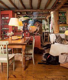 A cozinha rústica é o lugar preferido da casa de campo do arquiteto Ernesto Tuneu e sua mulher, Mariah Villas Boas. Com fogão à lenha, ela é integrada à sala de jantar, que segue o mesmo estilo, com mesa de madeira de demolição