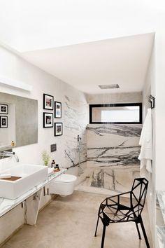 Douche + baignoire fenêtre horizontale, salle lumineuse.