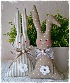2 große Häschen im Landhaus-Stil*taupe*Osterhasen von Little Charmingbelle auf DaWanda.com